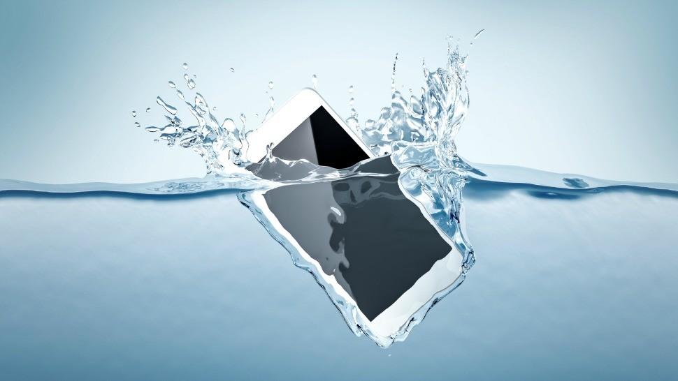 telefon scapat in apa