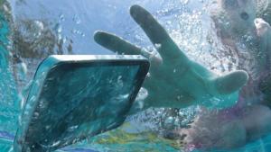 Telefon scapat in apa – se mai poate repara?