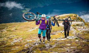 O tură cu MTB-ul sau o drumeție pe munte